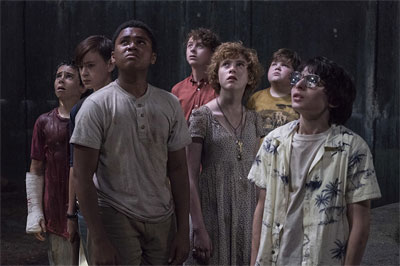 IT: Part 1 - The Losers' Club - Jak Georgie o lodièku i ruèièku pøišel